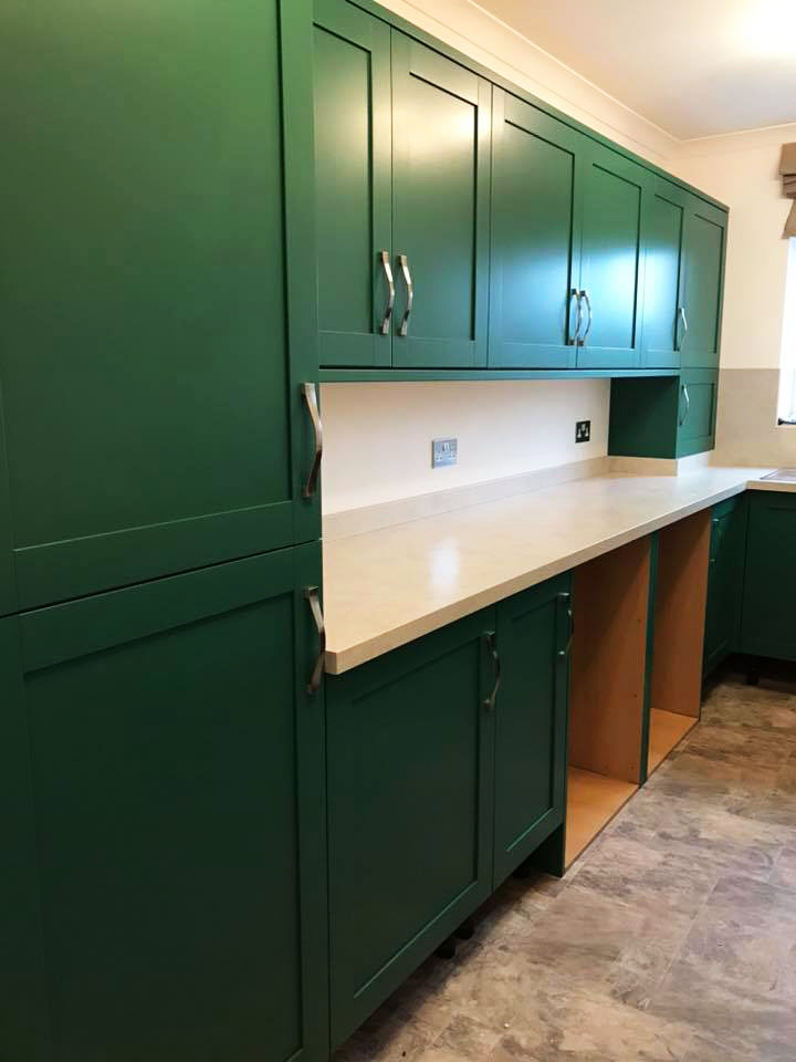 Dramatic green kitchen unit